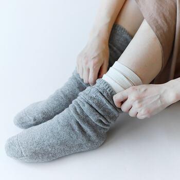 4枚セットで重ねばきすることを想定した靴下です。ウールとシルクを交互に履くことで、暖かさを実現させています。重ねてはいても履き口が重ならず、履き心地も◎。