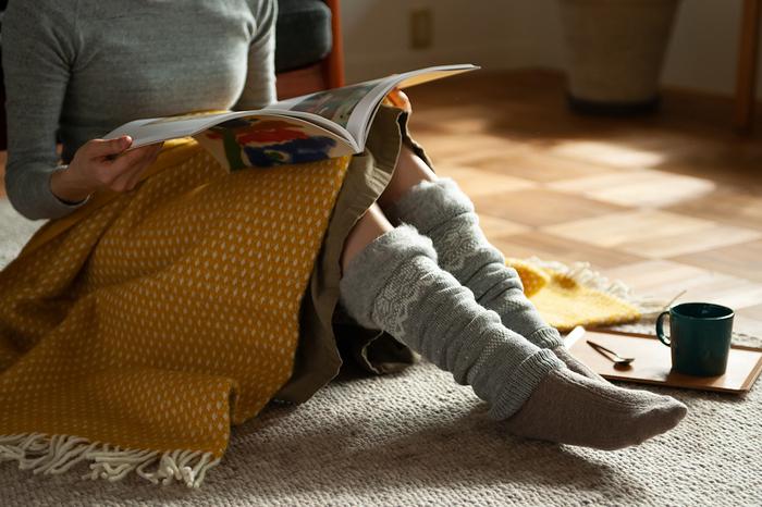 レッグウォーマーにも、アームウォーマーにもなるデザインで、手首や足首を冷えから守ってくれる。フワフワとした起毛が見た目にもほっこりと暖かみを感じさせてくれる。