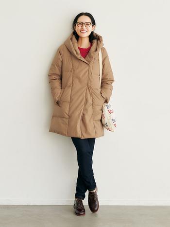 ちょっと出かける程度なら、薄くて軽いダウンコートをさっと羽織るだけで十分です。スナップボタンで開閉する比翼仕立てのフロントは、首元まで留めるとフードがくしゅっと立ち衿風に。こなれたおしゃれ感が漂います。