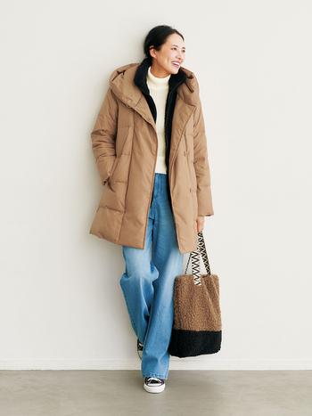 ボアベストをインナーにしてダウンコートを羽織れば、一気に暖かい装いに。屋外で一日過ごすときに心強い重ね着です。ちょっと暑くなってきたらボアベストを脱ぐなど、体感温度に合わせて調整してみて。