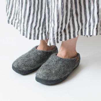 柔らかなフエルト素材で出来たコンフォートシューズは、暖かさと履きやすさを備えています。インソールはブランドのオリジナルで、足に優しく衝撃を吸収してくれる優れもの。見た目にもおしゃれなスリッパです。