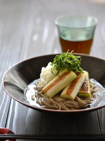 冷たい蕎麦派なら、冬野菜を使ったおろしそばがおすすめ。ねぎは刻むのではなく、焼いて甘さを楽しんで。具材は野菜だけなのでヘルシーなのも嬉しいポイントです。