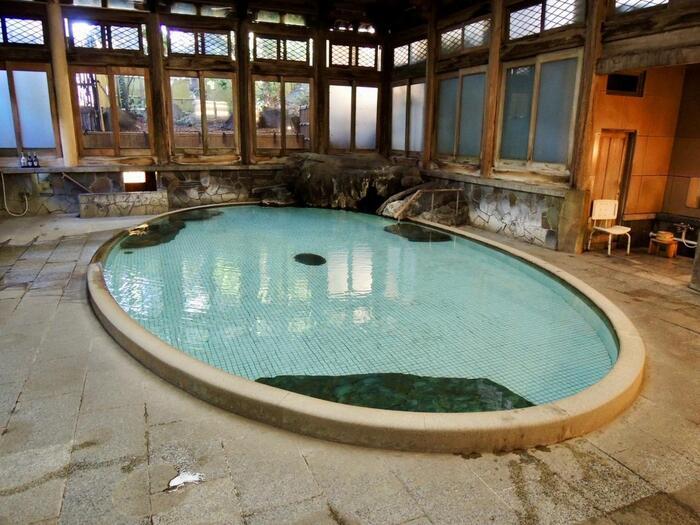 湯田中温泉の「よろづや」さんの「桃山風呂」は、登録有形文化財に指定されています。日本の大浴場ベスト10にも選ばれた人気のお風呂です。クラシックな雰囲気がとっても素敵…♪湯めぐり温泉手形の対象にもなっているので、日帰りの方も、ぜひ足を運んでみてください。