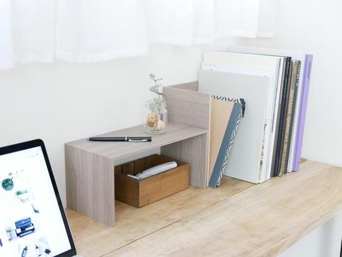 本やノートを上に重ねると、取り出しにくいだけではなく、デスク上の多くを占領してしまうことも難点です。  コの字ラックで立てて収納することで、空間を無駄なく使うことができます。 目的のものがすぐに見つかるので、勉強もはかどりそうですね。