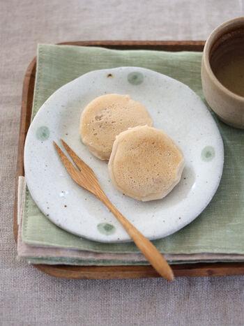 混ぜて焼くだけ&フライパンで手軽に作れる簡単おやつ。もちもちの食感と醤油のあまじょっぱさが、なんともいえない美味しさです。