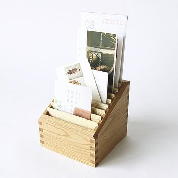 郵便物の量が多いご家庭には、仕切り付きのボックスがおすすめ。 手紙や請求書などを一時置きの時点で仕分けしておけば、何が届いているのか把握しやすくなります。  デザイン性の高いアイテムをセレクトすれば、デスク上がおしゃれな空間に。