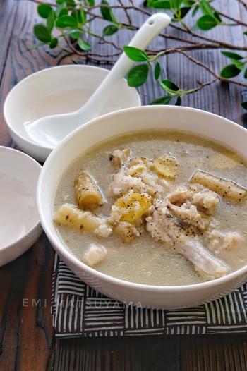 手に入りやすい手羽元と、ごぼうで参鶏湯風スープを作ります。手羽元の骨からうまみがぎゅっと染み出し、ショウガの効果で体の内側からポカポカに。