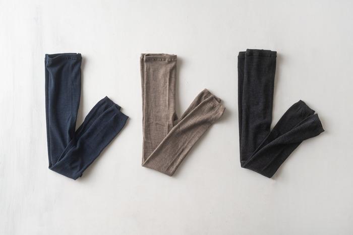 ふかふかでよく伸びるスパッツはウール製。99%ウールに1%のポリウレタンで、柔らかく優しく肌にフィットするように作らています。ベーシックな色合いで、どんな服装にも合わせやすい。
