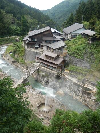 もうひとつの施設が旅館「後楽館」さん。150年以上の歴史を持つ、地獄谷温泉唯一の旅館です。日本秘湯を守る会の会員でもあります。こちらの混浴露天風呂にも、昔からお猿さんがお湯に入りに来るんですよ。運が良ければ、お猿さんと一緒に入浴できるかも…!開放的な露天風呂なので、お客さんがいない時が狙い目です。