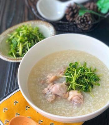 圧力鍋で簡単にできる、鶏の旨味が染み渡るお粥。胃腸が弱っている時や、風邪気味の時食べたくなる優しい味です。