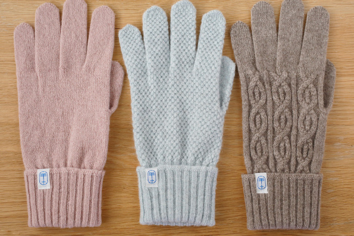 100%カシミヤで出来た手袋は軽くて暖か。柔らかでしっとりとした肌触りは、いつまでも付けていたくなるような心地よさです。イエローや紺などカラーバリエーションも豊富で、男女を問わずに使いやすい。