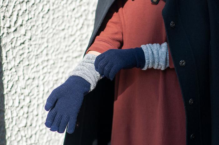 スマホの操作にも対応している便利な手袋。手首の部分が長いので、隙間風もきっちりブロックしてくれます。ツートンの配色がオシャレです。