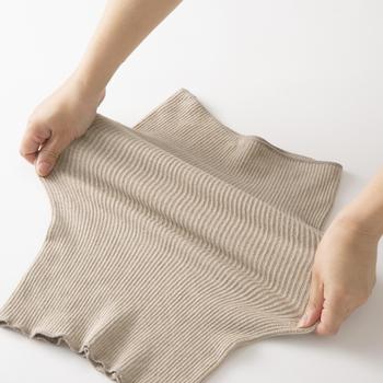 綿、レーヨン、絹の混紡糸を使った腹巻は、伸縮性が高く蒸れにくい。長めの丈なので、折り返して使っても◎。お腹部分とお尻とで圧を変えて編んであるので、着心地も抜群です。