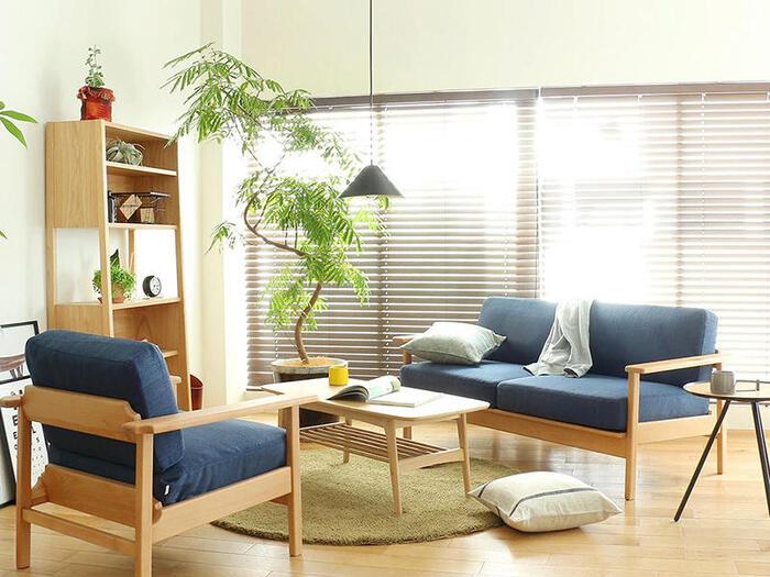 リビングの主役とも言えるソファは、こだわって選びたい家具のひとつ。でも存在感のある家具だけに、ソファだけが浮いてしまわないか心配…というお悩みもあるのではないでしょうか。