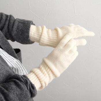 スコットランド産のカシミアを100%使って作られたシンプルな手袋です。手首が長めに作られているから、袖口もしっかり守ってくれます。くしゃっとしわが寄った雰囲気も様になる。