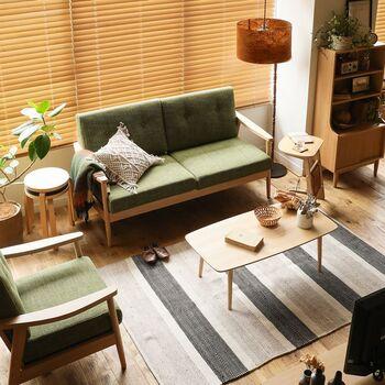 グリーンソファでモダンな空間をつくるなら、グレーをプラスしてみてください。さらにアイボリーを組み合わせると、明るく軽快な印象に。