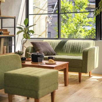 ナチュラル感を演出してくれるグリーンソファ。ブラウンを合わせれば、樹木を思わせるカラーリングでリラックス感のある空間に仕上げてくれます。