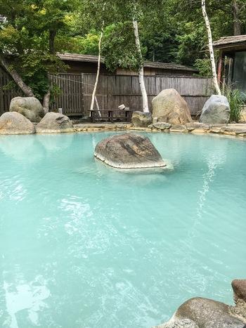 信州高山温泉郷の最奥部にある「七味温泉」は、その名の通り7つの源泉を持つ温泉です。乳白色やエメラルドグリーンの美しいお湯が自慢♪こちらは「紅葉館」さんの野天風呂「恵の湯」。高山の大自然を感じながら、ゆっくりお湯に浸かって、疲れを癒してくださいね。