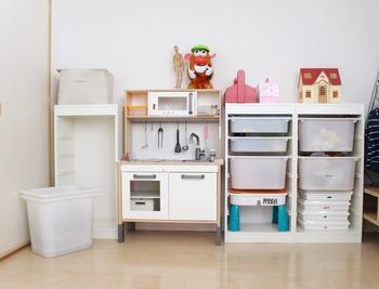 お気に入りのモノは見せて収納すれば、気分も上がりそう。家具や内装をシンプルにまとめることで、キャラクターグッズが際立ちます。