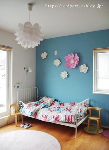 お子さんにとってお気に入りのお部屋にするためには、「自分で選んだモノや色に囲まれる」のがポイント。  たとえば、ベッドや学習机などベースになる家具は親子一緒に選び、お部屋のメインカラーはお子さんの好きな色にするのはいかがでしょう。