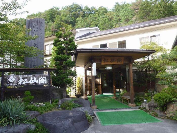 そんな中尾山温泉にある宿が「松仙閣(しょうせんかく)」さん。周囲をりんご園に囲まれた、のどかな場所にあります。宿泊はもちろん日帰りでの利用も可能な温泉旅館です。
