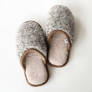 リトアニア共和国のウール専門メーカー「FLOKATI(フロカティ)」社のメリノスリッパ。身体や環境に配慮したウール素材を使用したスリッパは、見た目にも温かです。