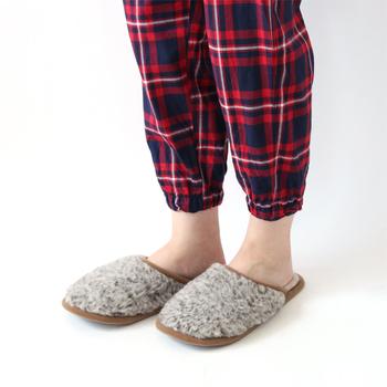 使用されている「メリノウール」は、羊毛の中でも最高級とされ、しなやかで弾力性が高いのが特徴です。外側だけでなく内側もふっくら起毛したボア素材で、足先を優しく包み込んでくれます。