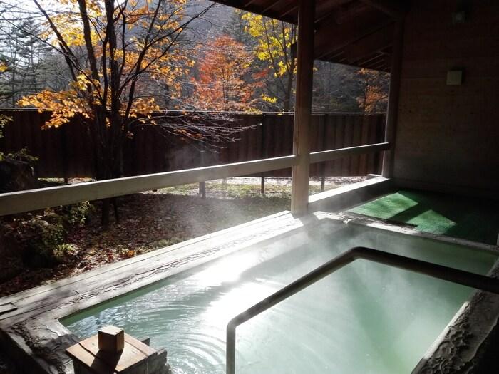 白骨温泉を代表する「湯元齋藤(さいとう)旅館」さんは、江戸時代創業の老舗旅館。白骨温泉が有名になるきっかけとなった、中里介山(なかざとかいざん)の小説「大菩薩峠(だいぼさつとうげ)」の舞台となった旅館です。趣の異なる3つの客室に、白骨温泉らしい乳白色の源泉かけ流しの大浴場、野天風呂に貸切風呂など施設も充実しています。