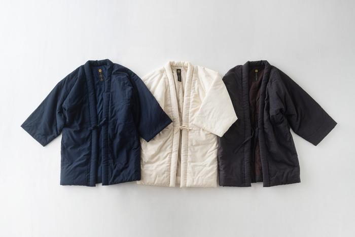 福岡県筑後市生まれの、創業100年を超える木綿織物の製造会社「宮田織物」の「わた入りはんてん」。ひとつひとつ手作りで綿詰めされたはんてんは、羽織るとふんわりと暖かく、お家の中での防寒にピッタリ。昔ながらのはんてんと同様に、袖が短めな造りなので、家事の時も袖口がじゃまになりません。