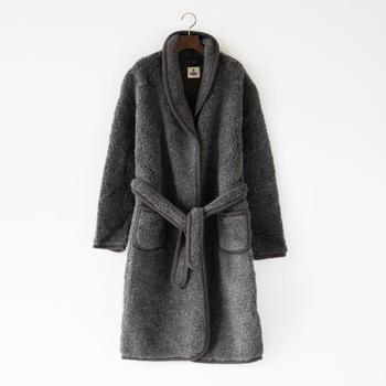寒い時お家の中でさっと羽織るだけで暖かく過ごせて、身体全体を包み込んでくれるウールのガウン。ちょっとそこまでのとき、ワンマイルウェアとしても使えるお洒落な雰囲気です。