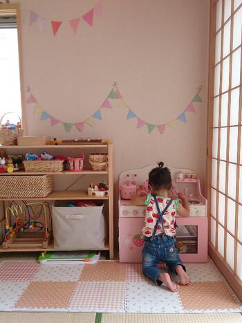 幼い時期は床におもちゃを広げて遊ぶことが多いため、家具は低めで少なく、できるだけ広々とした空間をつくるのがおすすめ。  大きな家具がないことでケガの心配も少なくなり、安心して遊ばせることができますね。