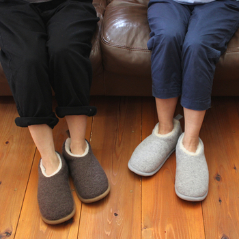 足をすっぽり覆うデザインで、床からの底冷えを防いでくれます。これならキッチンでの立ち仕事や家事のときも快適ですね。
