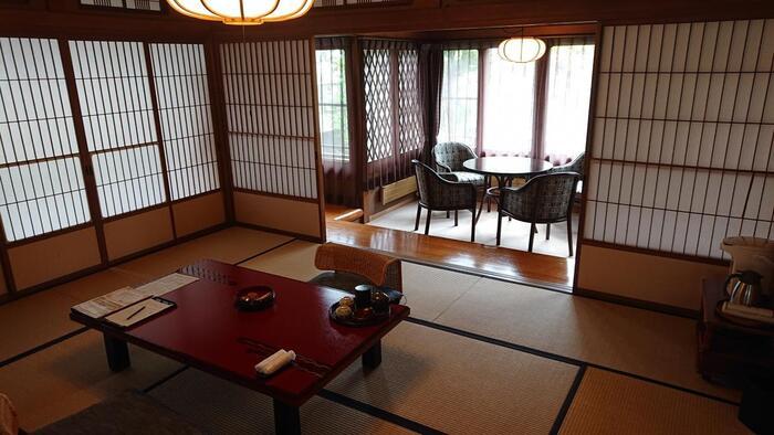 湖畔に佇む旅館やホテルからは、美しい諏訪湖を臨むことができるでしょう。上諏訪屈指の高級旅館「ぬのはん」さんは、歌手の美空ひばりさんをはじめ、数々の著名人が宿泊された旅館です。館内には日本庭園もあり、宿泊する人の心を癒してくれます。