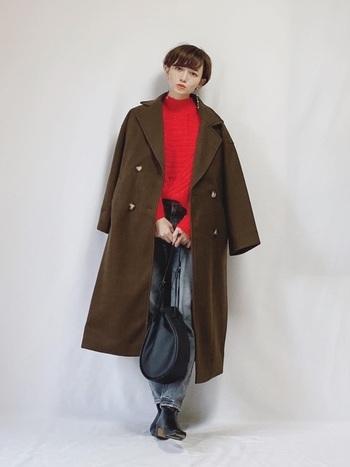 ブラウンのチェスターコートのインナーに鮮やかな赤を合わせて。肩からゆったり羽織る着方も今っぽさが出ています。