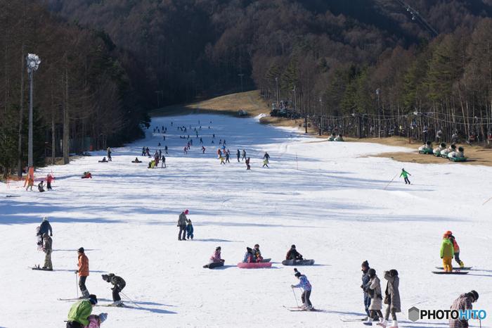 八ヶ岳や入笠山、鋸岳などに囲まれた山間の富士見町は、スノーリゾートの町として人気の場所です。町には入笠山に広がる「富士見パノラマリゾート」と八ヶ岳に広がる「富士見高原スキー場」の2つのスキー場があり、毎年冬になると全国から多くのスキー客が訪れ、ウィンタースポーツを楽しんでいます。