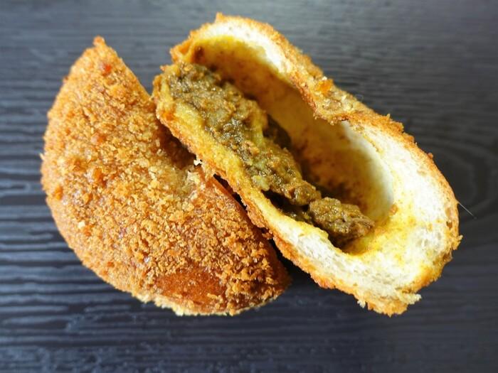一見、食事としてどこの国にでも普通にあるような気がしてしまいますが、案外海外では見かけないのがお惣菜パン。実は、日本特有の文化なのかもしれません。そんなお惣菜パン第一号は、やっぱりカレーパン!日本で洋食ブームがおこり、手軽に食べられる洋食として考え出されたのが始まりです。