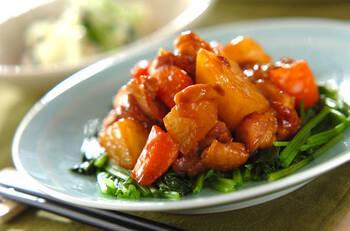 大根と鶏肉で、オイスターソースを使った中華煮も絶品です!鶏肉に小麦粉をまぶすことでとろみも出て、大根にもしっかりタレが絡みます。大根はひとくち大の乱切りにするので、どの部分を使っても美味しく仕上がりますよ。