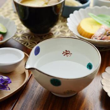 伝統的な五彩の絵の具の色合いが、和の雰囲気を盛り上げてくれます。遊び心のある水玉模様のうつわは、洗練された印象を作り出してくれます。