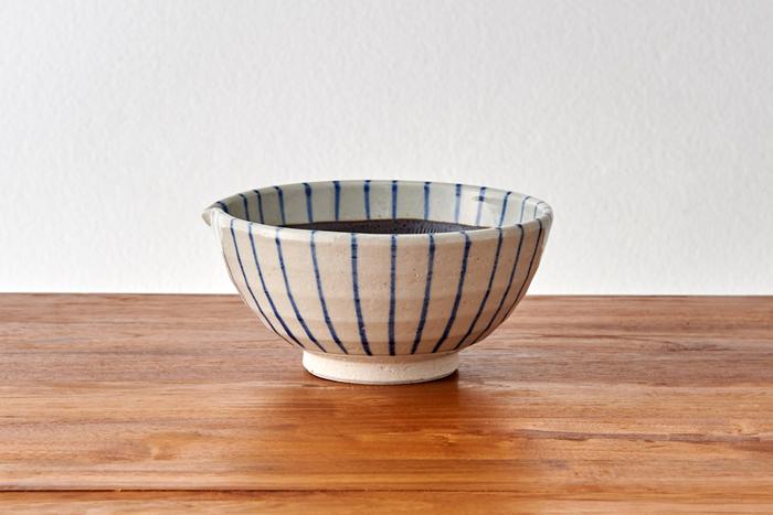 日本で古くから親しまれてきた十草の縦縞模様をあしらった、片口すり鉢です。ごまを擦るのはもちろんのこと、バジルペーストをつくったり、じゃがいもをつぶしてポテトサラダにしたりと、さまざまに使えます。お料理をすり鉢の中で仕上げ、そのまま食卓に出すことができるので、洗い物も減らせますね。