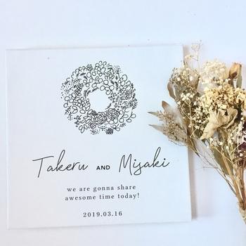 「永遠」を象徴するリースは、結婚式にぴったりのモチーフ。シンプルなデザインなのでそのまま飾っても、額縁に入れたりイーゼルに立て掛けてもかわいいです。