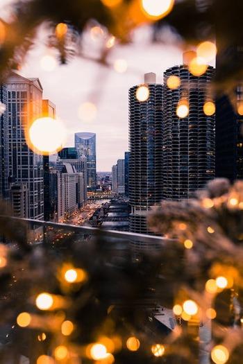 ケビンに歩み寄る2人の泥棒。ケビンとこの泥棒2人組が出会えば何も起こらないはずがない!ニューヨークのクリスマスの風景も素敵です♪