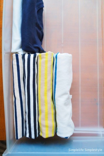 引き出しの中で立てて収納すると、ワードローブが一目瞭然。使いたいものをすぐに取り出せます。底に滑り止めシートを敷いておくと、立てた服が倒れにくくなりますよ。