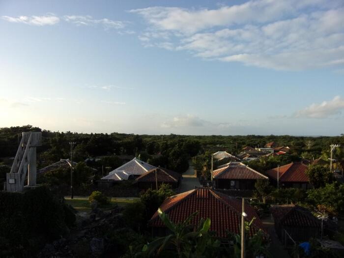 1Fに飲食店を構える建物の屋上から、島の景色や町のようすを見渡せるスポット(有料)です。竹富島では現在一番の高さにあることから、お天気が良ければ遠くにある島々も見えるかも!?ゲストハウスから徒歩1分と非常に近いので、ぜひ行ってみてはいかがでしょうか?