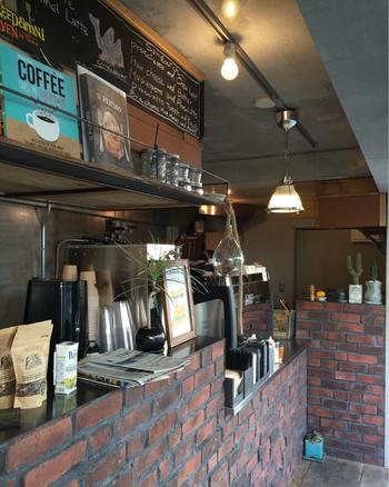 コーヒースタンドをメインとしているため、こじんまりとした作りとなっていますが、美味しいコーヒーを求めてひっきりなしにお客さんが足を運ぶ様子が見受けられます*