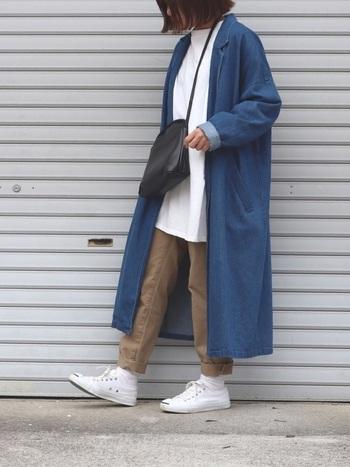 青の色味が美しい、デニムガウンコートをチノパンコーデに合わせた、大人カジュアルなスタイリングです。今年旬なビッグシルエットなコートで、トレンド感もあり、Iラインのシルエットで着やせ効果もあります。
