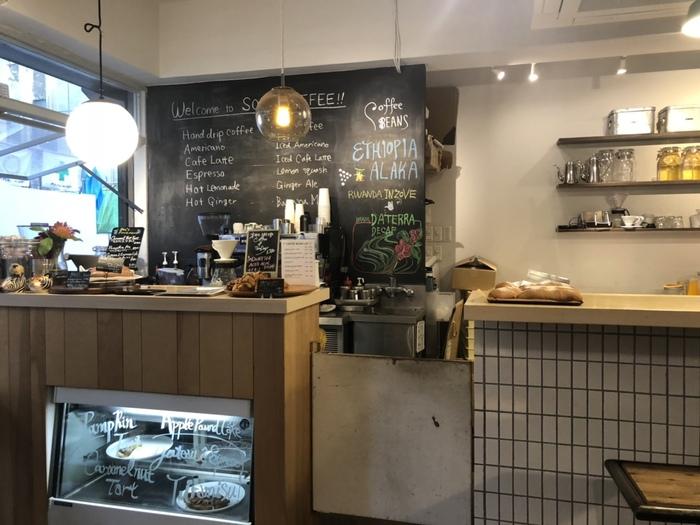 お店の入り口にコーヒースタンド、そして店内にはカフェスペースも用意されており、出勤前カフェスペースでゆったりとした時間を過ごすのもおすすめ◎