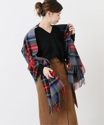 大判ストールの定番の使い方といえば、肩から掛ける肩掛けスタイルが人気ですよね。この肩掛けスタイルは、大判ストールが一番映える使い方♪シンプルで落ち着いたコーデに柄物の大判ストールを羽織るだけで一気に秋の装いに*