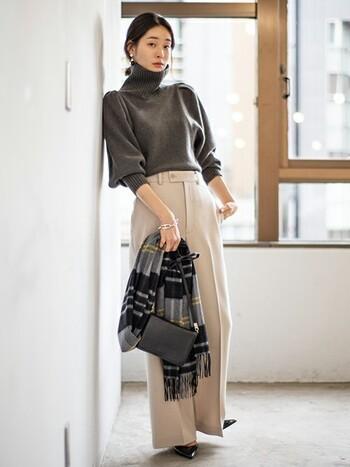 レディな黒のレザーバッグと。肩にかけず持ち歩く場合にはこんなさりげない使い方を身につけておくとおしゃれ度が一気に増しますよね◎