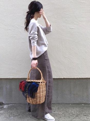 大判ストールは使用するだけでなく、なんとバッグのアレンジも!かごバッグにそっと掛けて垂らしておくだけで身につけないファッションアイテムに♪