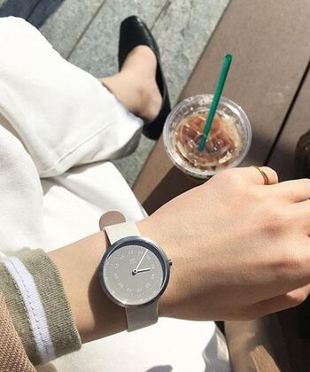 カジュアルコーデを格上げしてくれる洗練されたグレイッシュカラーの腕時計。洗練された印象的な手元を演出します。